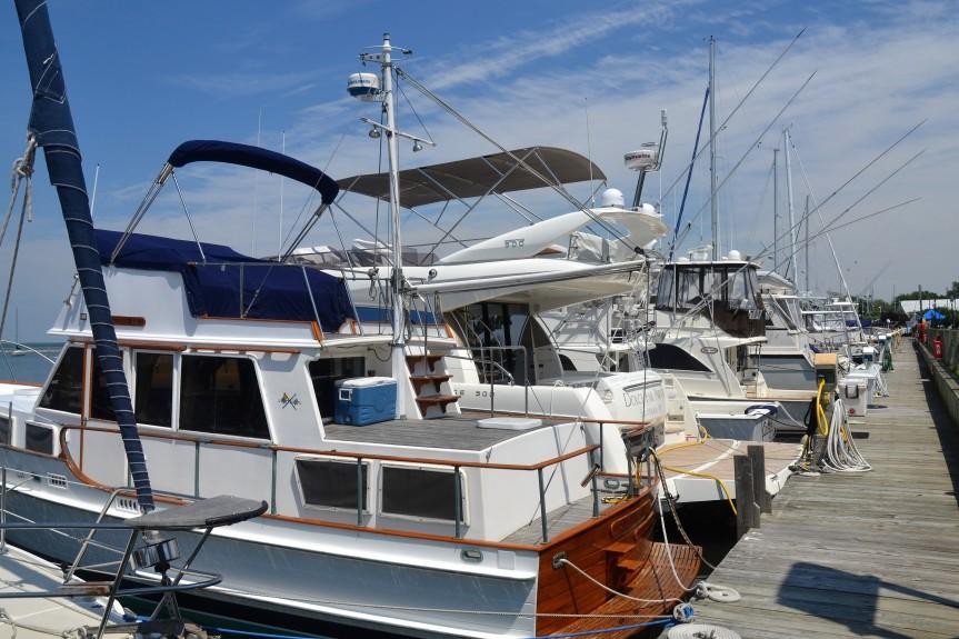 Typisches Bild in amerikanischen Marinas: Yachten und Fischerboote reihen sich aneinander. Hier in Sag Harbour.